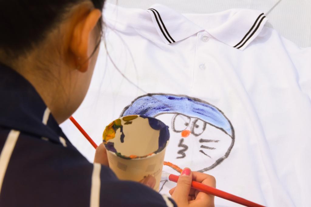 淘气的叮当猫,可爱的大龙猫,甜美的少女漫画,在t恤上跃然浮现.
